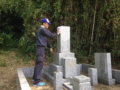 お墓が遠方にある場合、 お手入れにいくのが大変です。 草が伸びていたり、 雨風で汚れてしまいます。 今までは、福岡へ帰ってきた時や お墓参りの際にお手入れを行って いたが、 年をとってからは、草取りの作業や お墓の清掃もつらくなり、 お墓参りにもいけるかどうか… というご親族の方からのご依頼が 増えています。 私たちが、ご家族様・ご親族様に かわってお墓の清掃を行います。