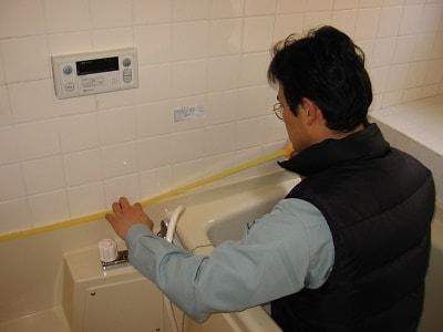 クチコミ 評判3 あなたの町の便利屋・何でも屋 便利屋なんでもお助け隊(福岡)では、お家のちょっと困ったを解決しています。今回はお風呂のコーキング作業です。お風呂や水回りでよくお困りになられているこの部分の修繕作業。ホームページには、ご依頼いただいたお客様より、口コミ・評判コメント、笑顔の写真を掲載しています。