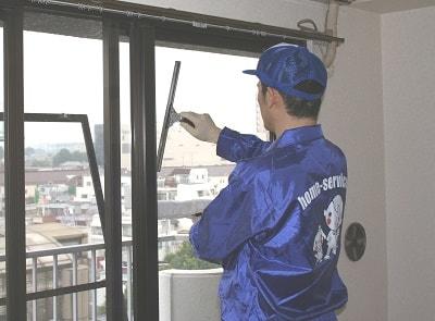 クチコミ 評判6 便利屋・何でも屋 便利屋なんでもお助け隊(福岡)では、その名のとおりお家のお掃除も行っています。ホームページには、ご依頼いただいたお客様より、口コミ・評判コメント、笑顔の写真を掲載しています。女性(お母様・高齢者の方)方々から 安心と信頼され続けて20年。今回は窓のお掃除のご依頼です。